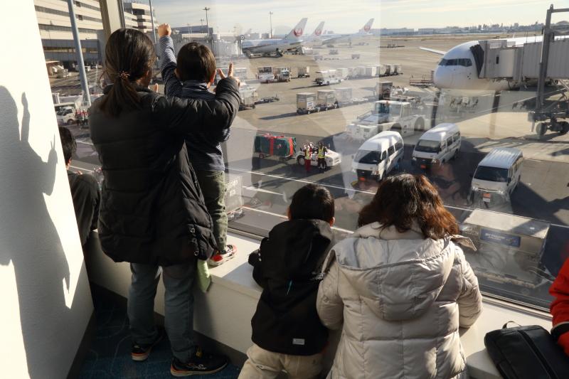 窓から手を振る子供たちとコミュニケーションをしっかりとっているサンタとトナカイ