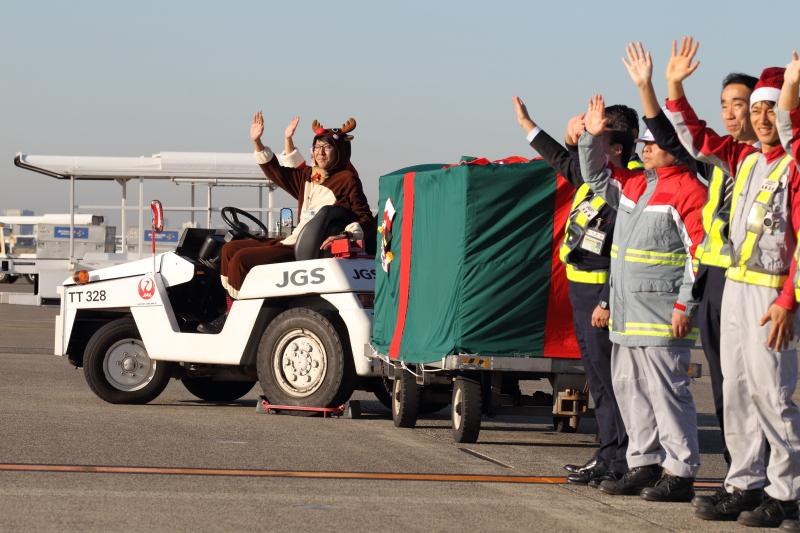 大勢のサンタやスタッフに見送られJL519便は新千歳に向かった