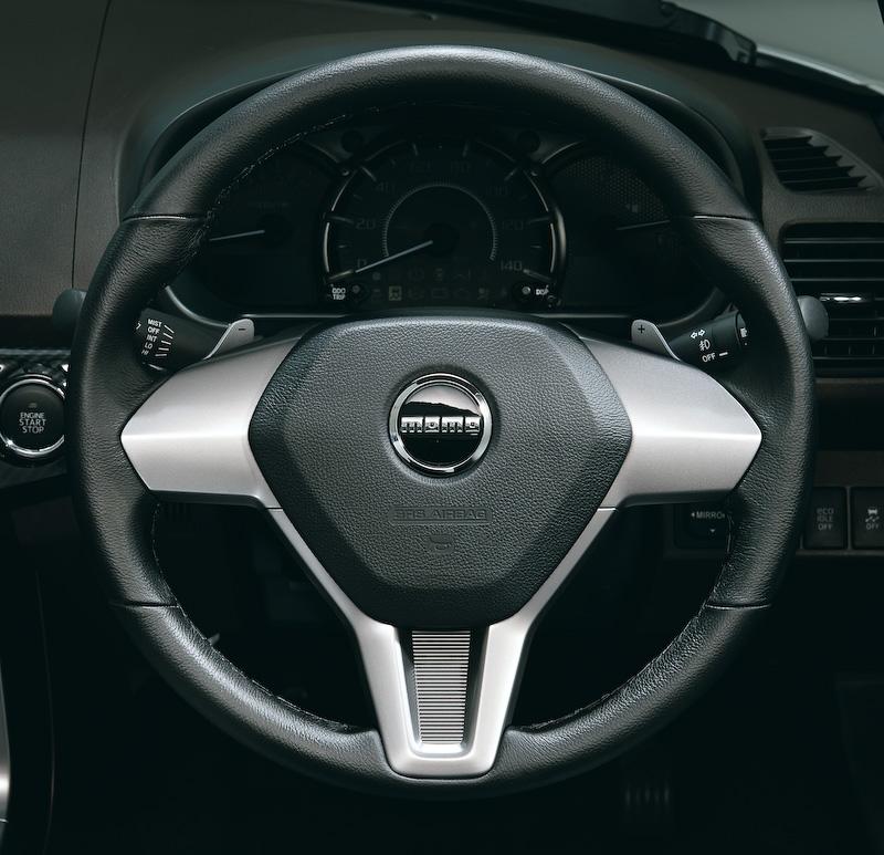 専用設計のMOMO製ステアリングに加え、CVT車ではダイハツ初採用となるパドルシフトを装備