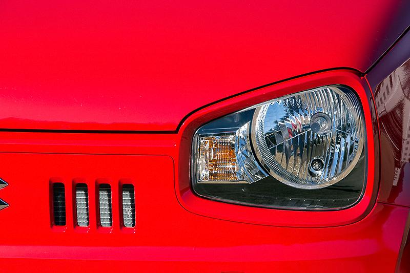ヘッドライトはめがねをモチーフにした左右対称形状。スリット状の開口部を持つフロントグリルは左右非対称と個性的な顔付きになった
