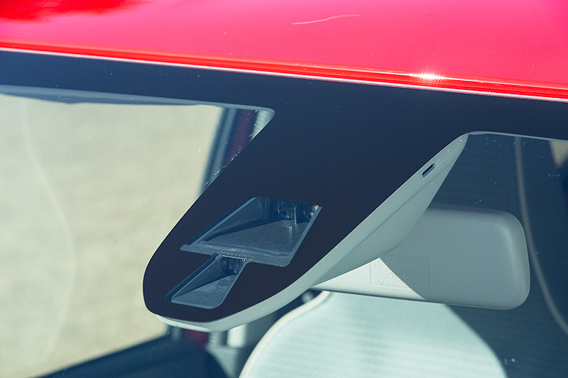 Xには衝突被害軽減ブレーキシステム「レーダーブレーキサポート」を標準装備。VP、Fの5速AGS車およびL、Sはオプション
