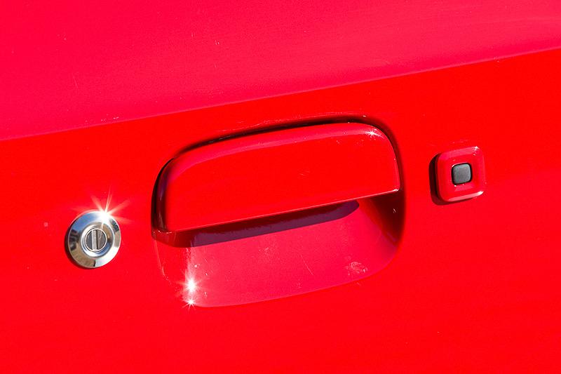 電波式キーレスエントリーは全車標準装備。さらにXには携帯リモコンが付属しておりドアのリクエストスイッチによる施錠・解錠も可能