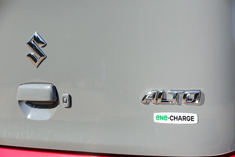 L、S、Xグレードにはアイドリングストップやブレーキによる発電を行い燃費を低減するエネチャージを採用