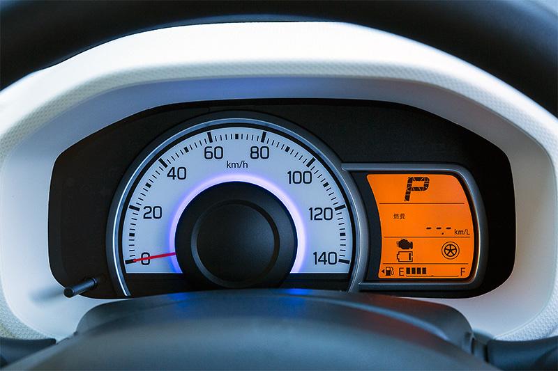 メーターパネルはヘッドライトと共通のテイスト。中央部のランプは走行状態によって変化