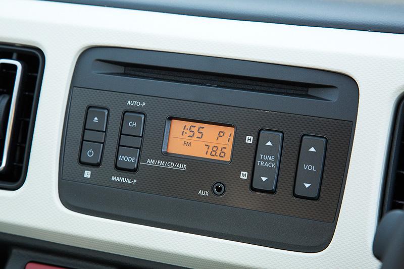 セダンにはAM/FMラジオ付CDプレーヤーが標準装備される。スピーカーはフロントに2つ。オプションの「オーディオ交換ガーニッシュ」により180mm幅にも200mm幅にも対応