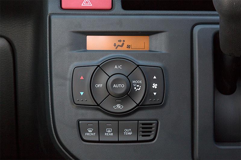 フルオートエアコンはXだけの装備で、外気温計も付く