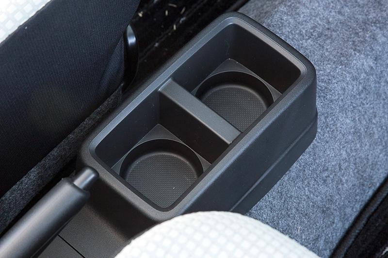 5速AGS車とCVT車にはフロントシートの間にコンソールドリンクホルダーを用意。ペットボトルはもちろん紙パックも収まる形状となっている