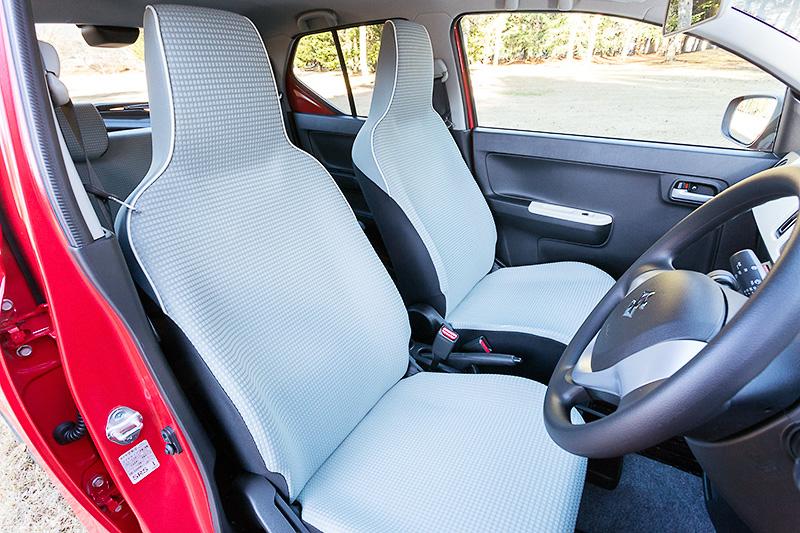 フロントシートはヘッドレスト一体タイプ。高張力鋼板の採用により軽量化が図られている
