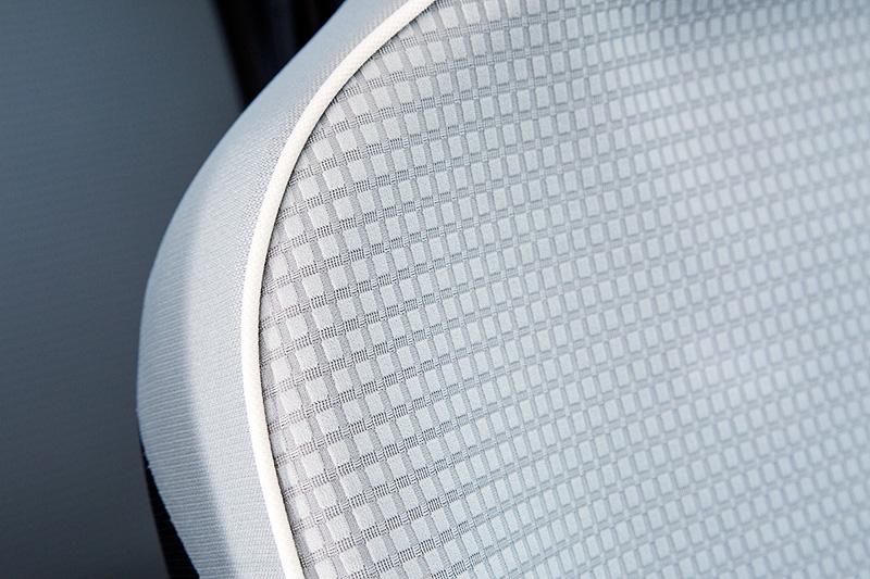 白いパイピングとドット柄模様の表皮を採用