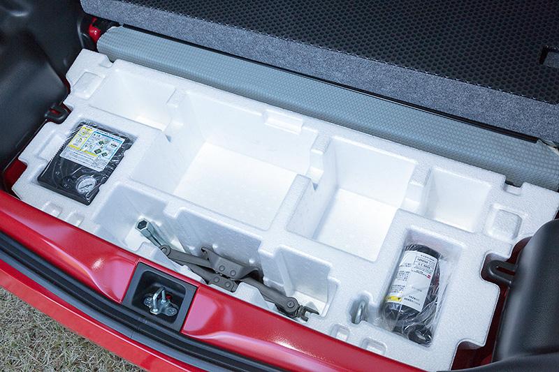 ラゲッジ下に15.5Lの容量を持つアンダーボックスを装備。カサなど70cmクラスの長尺物を収納できるスペースも用意されている