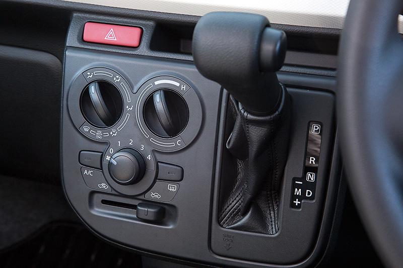5速AGS車のシフトレバーはマニュアルポジションが付くとともにシフトブーツも装備。エアコンはマニュアルタイプ