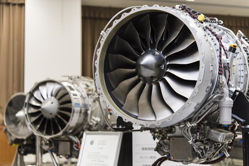 ホンダがこれまでに開発した航空機エンジン。右がHonda Jetに搭載される「HF120」エンジン。奥に見えるのが手前から「HF118-2」エンジン、「HFX-01」エンジン