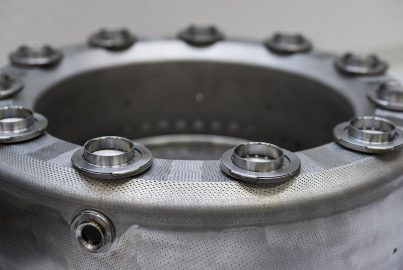 燃焼器(左)と燃料噴霧器(右)。逆流式燃焼器なので、写真下側から空気が入り、上側から燃料を噴射し、燃焼ガスは下側のU字部を通ってタービンへと流れる