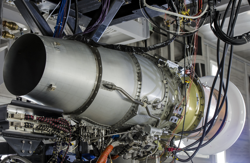 テストセルに取り付けられたHF120。エンジンのマウントは前方横(左舷側)と後方下の2カ所。通常、前後上または横でマウントするが、翼上にエンジンを配置するというHonda Jet特有のエンジン配置により、このようなマウント方法であるという