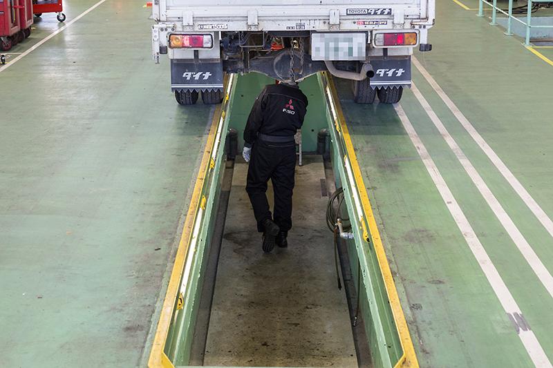 車検整備などの完了後に最終チェックを行う完成検査場には、スタッフが立ったまま車両の下側スペースをチェックできる地下ピットを完備。エアツールなどのホースも用意され、ほかに大型のツールキャビネットを設置する地下ピットもあった