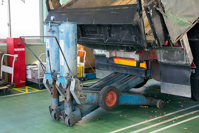 トラックやバスなどの大型車両を整備するため、ジャッキもフロアに備え付けられた油圧ジャッキやてこの原理を利用する大型ジャッキなど、日ごろは目にする機会の少ない機材が並ぶ