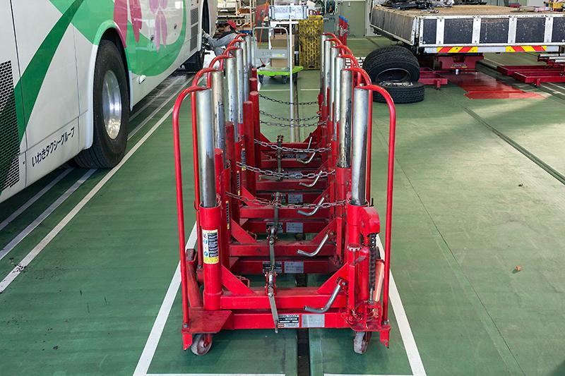 重量のある車体を支えるダブルタイヤはタイヤ自体も重いため、着脱時には「ホイールドーリー」という機材を用いる
