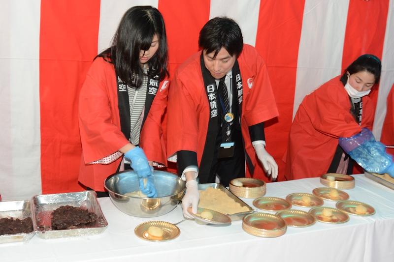 つき上がった餅は同じくラグビー部員やJAL社員によって、お皿に盛りつけ