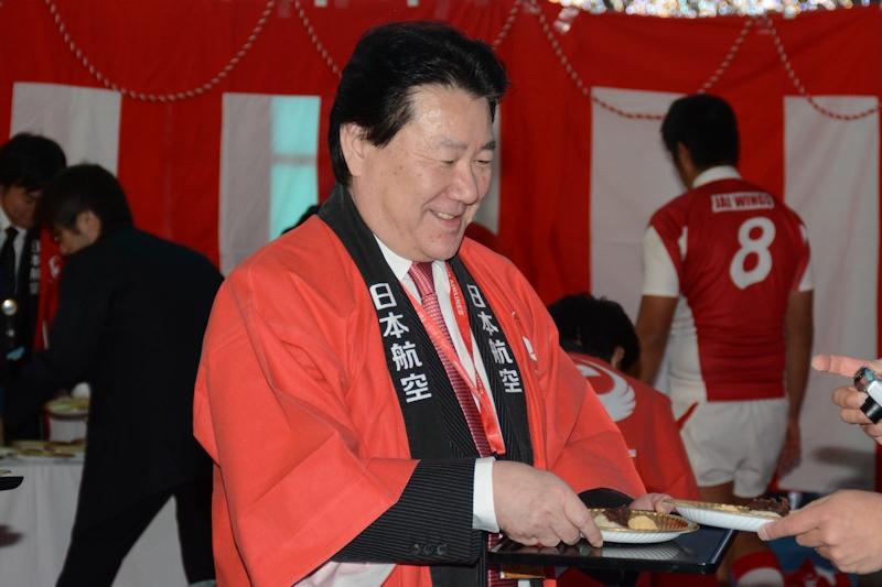 植木氏自ら来訪客にお餅をふるまったほか、記念撮影にも快く応じた