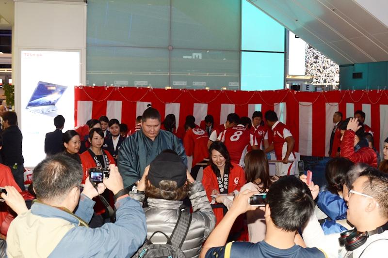 逸ノ城関がお餅の配膳をした時間帯は、それまでよりも多くの人が列を成し、写真撮影をする人も多かった