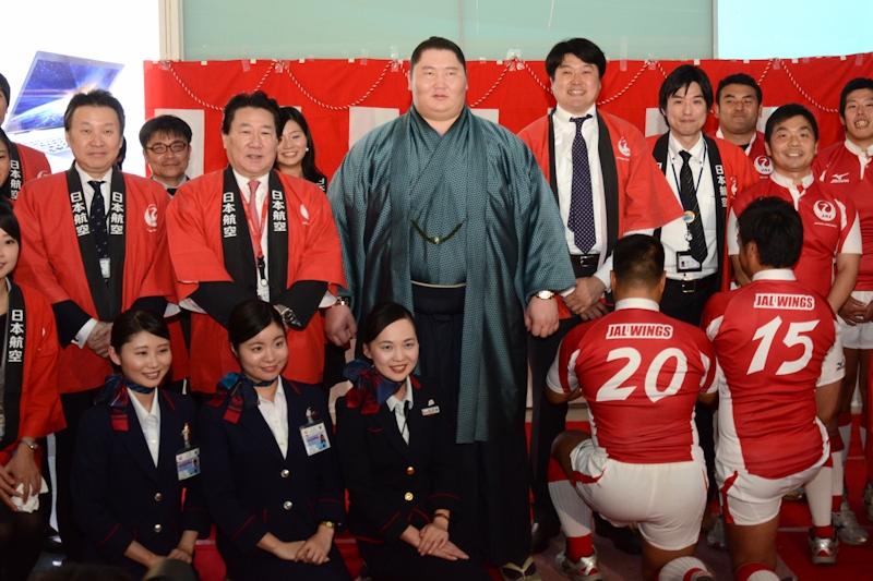 逸ノ城関、植木社長、JAL WINGSメンバー、JAL社員による記念撮影。写真右下はJAL WINGSユニフォームの背番号を組み合わせて「2015年」を表している