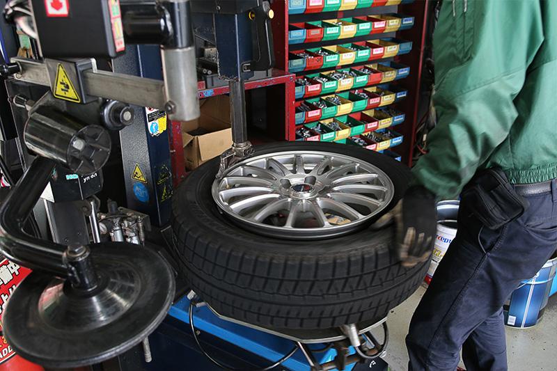 すべての動作に無駄がなく、かつ的確。空気充填時はタイヤセーフティケージに入れるなど、どこでも当たり前な「はず」の安全手順をキッチリ行っているのも大変好印象