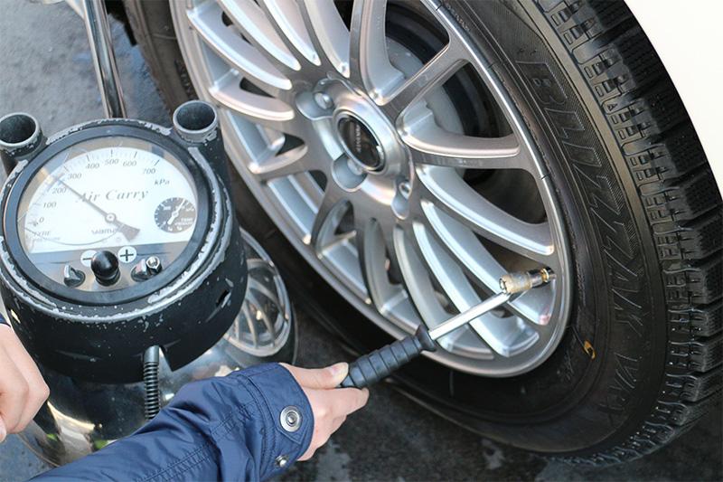 交換して間もないとはいえ、長距離ドライブ前の空気圧チェックは欠かせない。ちなみに冷間空気圧は高くても低くてもダメですぞ