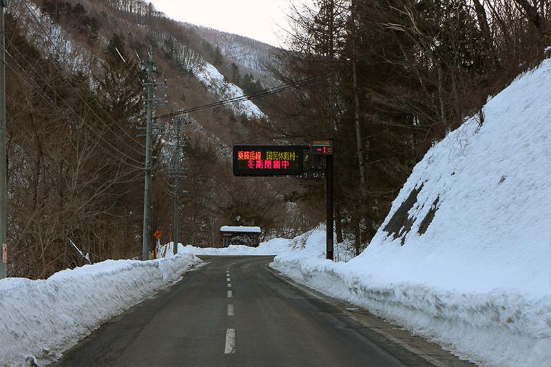 はーい!またまたおなじみ、乗鞍高原に向かういつもの道路まで来ましたよ~。……雪がない(大汗