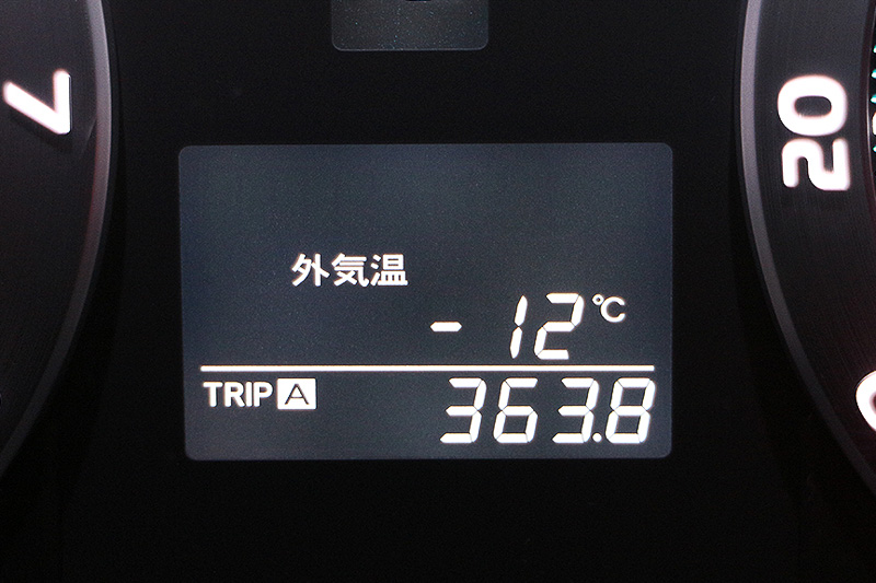 夜になり、気温は十二分というか-12℃で骨まで寒い。が、雪は降らない