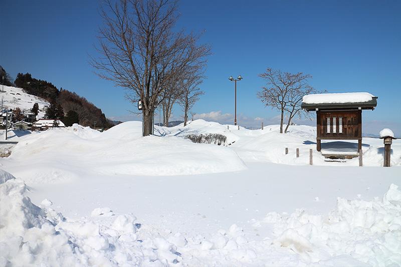 除雪されていないエリアに突っ込む訳にもいかず。ちなみにパウダースノーなので雪だるま作りは難しい