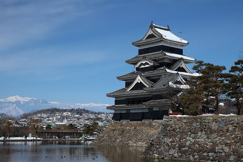 国宝の松本城へ。素晴らしい青空、一面の雪、素晴らしいコントラストでお城が引き立っていた
