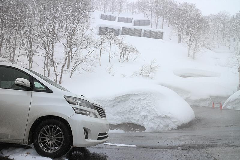 さすが関温泉。豊富な温泉をドバドバと道路に流してバッチリ融雪。このぐらいやらないと、交通が麻痺してしまうのだろう。