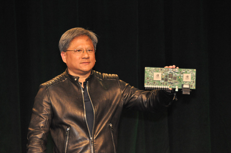 プレスカンファレンスにおいて、自動運転・ADAS向けに提供する「DRIVE PX」を発表する、NVIDIA CEO ジェンスン・フアン氏