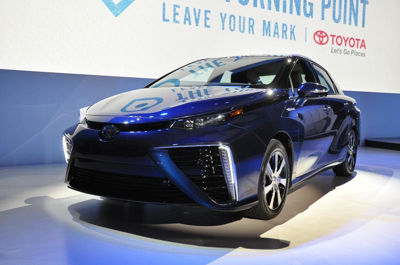 日本での発表どおり、米国でも「MIRAI」として発表されたトヨタ「MIRAI(ミライ)」。3分~5分の水素充填で、300マイル走行可能な点を訴求していた