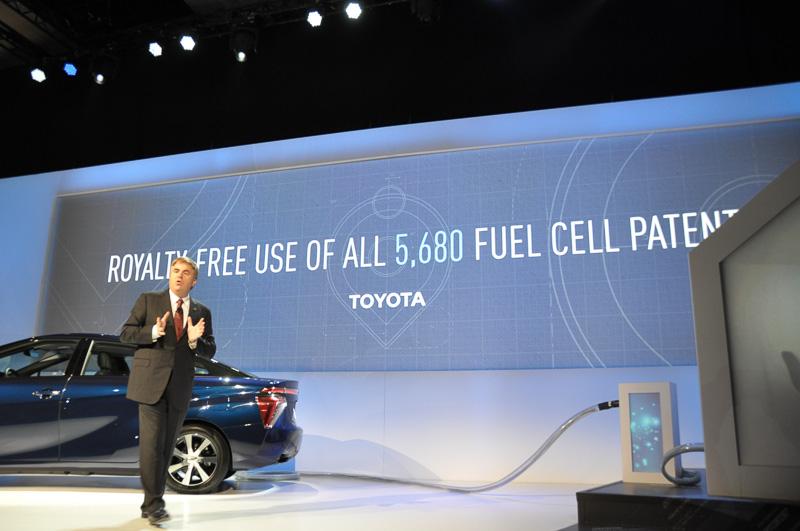 CESのプレスカンファレンスにおいて、燃料電池関連の特許無償化を発表するToyota Motor Sales, U.S.A シニアバイスプレジデント Bob Carter氏