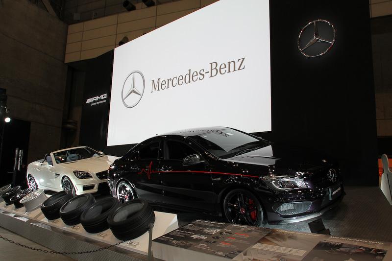メルセデス・ベンツブース。8000万円のプライスタグが付けられる、「Gクラス」の特別仕様車「G 63 AMG 6×6(シックス バイ シックス)」や各種AMGモデル、2014年11月に「S クラス」の追加モデルとして登場したばかりの「S 550 PLUG-IN HYBRID long」などが展示される