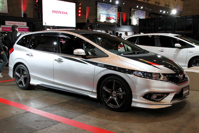 2月13日の発売が予告されているホンダの新型ハイブリッド「JADE(ジェイド)」。会場ではジェイドの用品装着車と無限のカスタムモデルが展示される