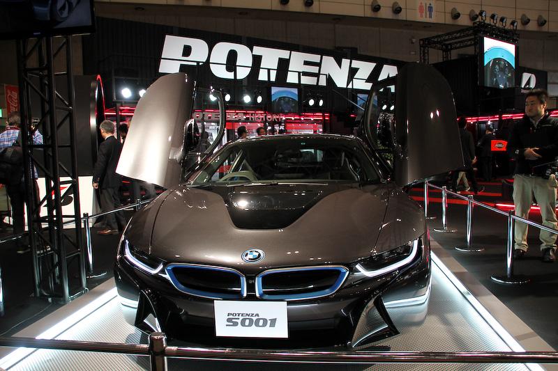 ブリヂストンは2月2日から発売するストリートラジアルタイヤ「POTENZA RE- 71R」を全面に押し出したブース展開だが、さりげなくストリートスポーティタイヤの「POTENZA Adrenalin RE002」の後継モデル「POTENZA Adrenalin RE003」を展示する