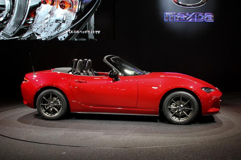マツダブースでは、2015年春から日本を始めグローバルで順次発売することがアナウンスされている新型コンパクトクロスオーバーSUV「CX-3」、新型「ロードスター(ND)」ベースのレース用車両などを展示