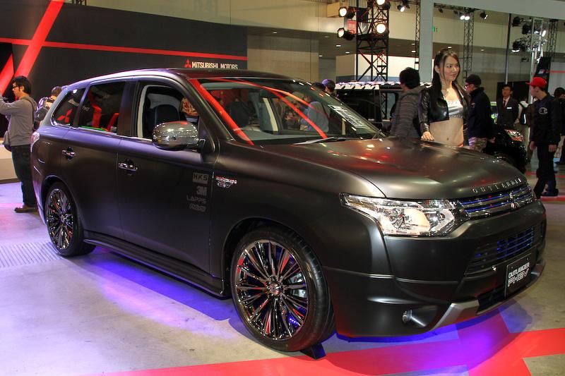 ボディーカラーをマットブラックに塗り替えた「アウトランダーPHEV Sports Style Edition Concept-B」