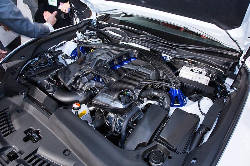 エンジンルームにはCFRP製のエンジンコンパートメントブレースが装着される