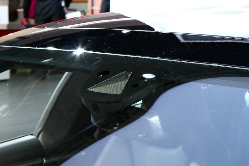 ハイパフォーマンスタイプの「モデルS P85D」。車両には12個の超音波センサーが装備され、フロントウインドーにカメラを搭載。センサーとカメラにより安全運転支援を行う