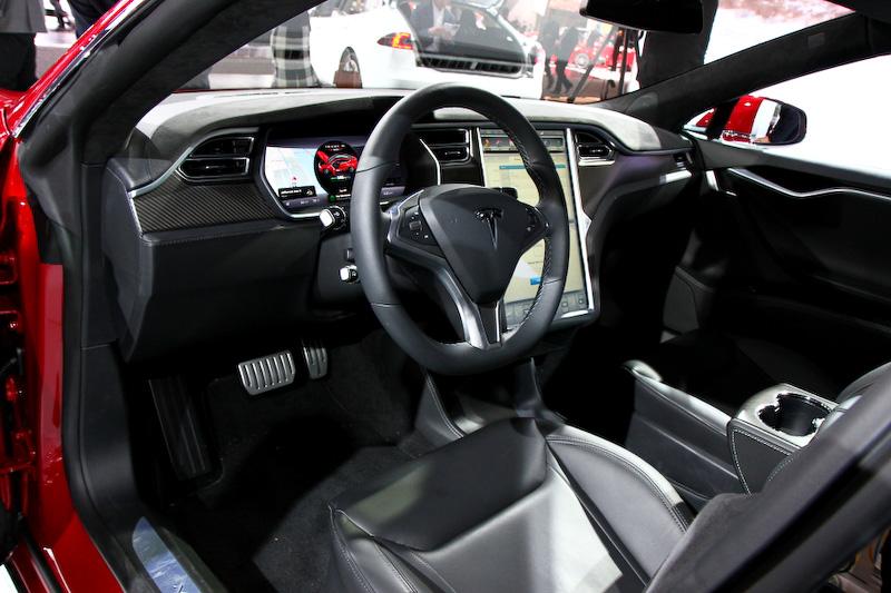 後席の中央にアームレストが追加された。デュアルモーター化を行っても、シャシーに変更はないので広い室内空間は変わらない