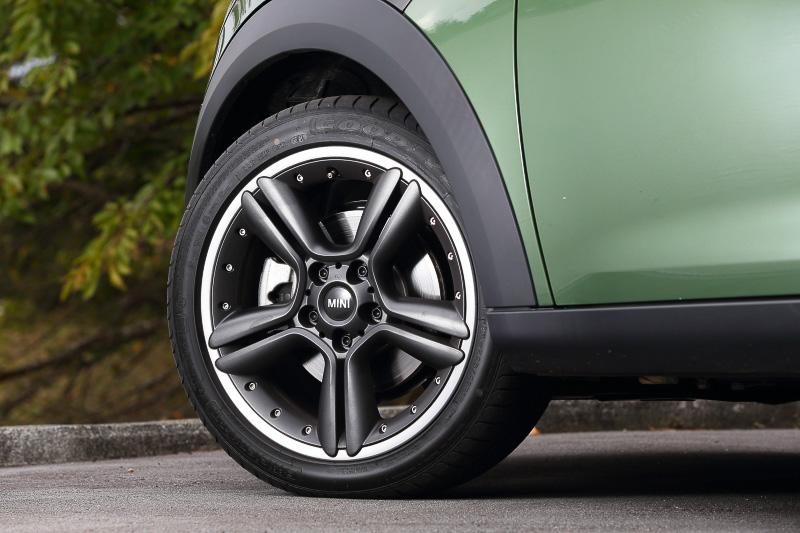 オプションの18インチホイール(タイヤサイズ:225/45 R18)にランフラット・タイヤの組み合わせ