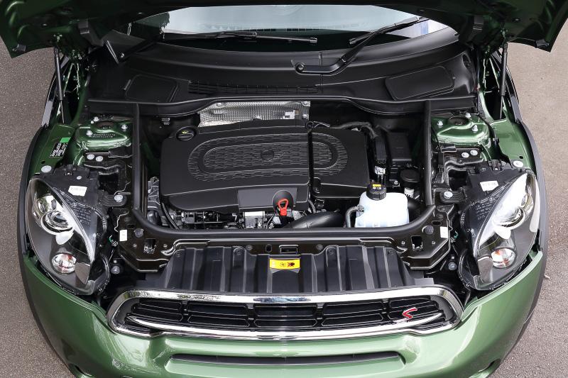 直列4気筒DOHC2.0リッター 直噴可変ジオメトリーターボディーゼルエンジンは最高出力105kW(143PS)/4000prm、最大トルク305Nm/1750-2700rpmを発生。JC08モード燃費は16.6km/L