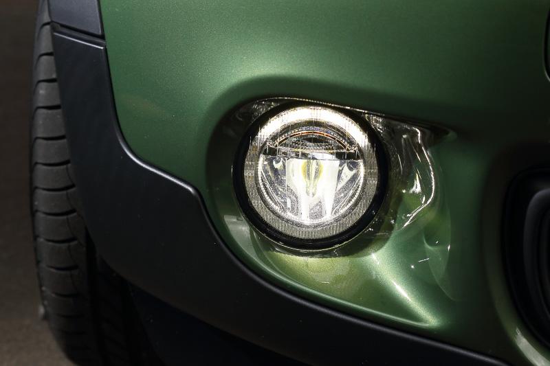 2014年9月にモデルチェンジしたMINI クロスオーバーは丸型ヘッドライト、6角形のラジエーターグリルなど従来のデザインを踏襲しつつ、ラジエーターグリルのデザインを刷新するとともに、LEDフロントフォグランプを新採用。新しいデザインオプション「ブラック・デザインパッケージ」装着車では、ヘッドライトベゼルやサイド・スカットルなどがハイグロスブラック仕上げになる