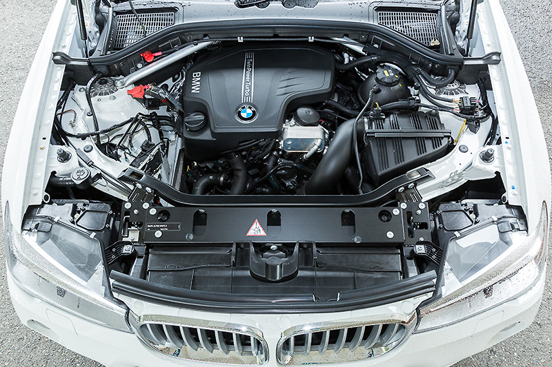 X4 xDrive28i M Sportが搭載する直列4気筒DOHC 2.0リッターターボエンジンの最高出力は180kW(245PS)/5000rpm、最大トルクは350Nm(35.7kgm)/1250-4800rpm。JC08モード燃費は13.7km/L