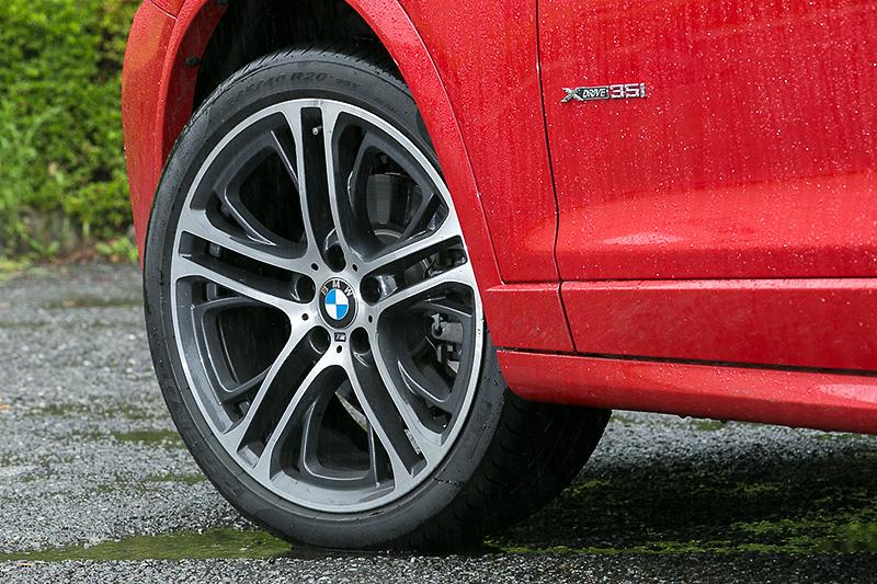 X4 xDrive35i M Sportでは、スポーティさを強調するM エアロダイナミクス・パッケージ付き。足まわりではスポーツサスペンションや19インチアルミホイールを装着する