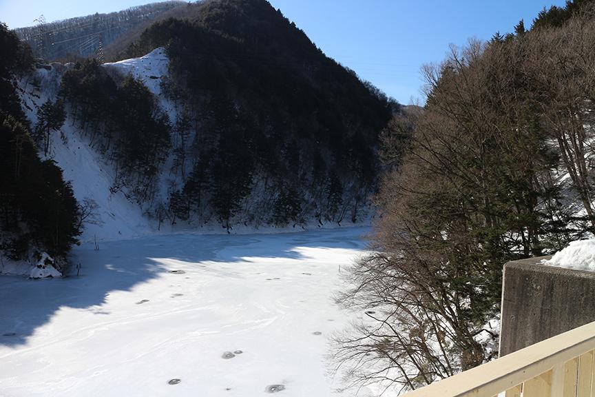 ダム湖がまるで巨大スケート場のようだ。(前編同様、時系列にとらわれずにお伝えしていくのでご容赦を)