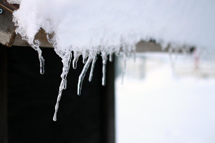 表面を水がしたたり、とても美しいツララ。手に取るとツルツル滑るこの現象が、雪道でも起きている